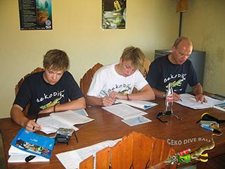 geko dive bali family of german scuba divers during padi open water course final exam 320px